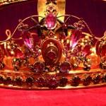 Détail des bijoux anciens composant la couronne de la Vierge