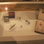 Vitrine présentant es bijoux anciens en grenat de Perpignan