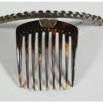 Peigne à chignon en écaille, monture diadème articulée et ornée de strass.