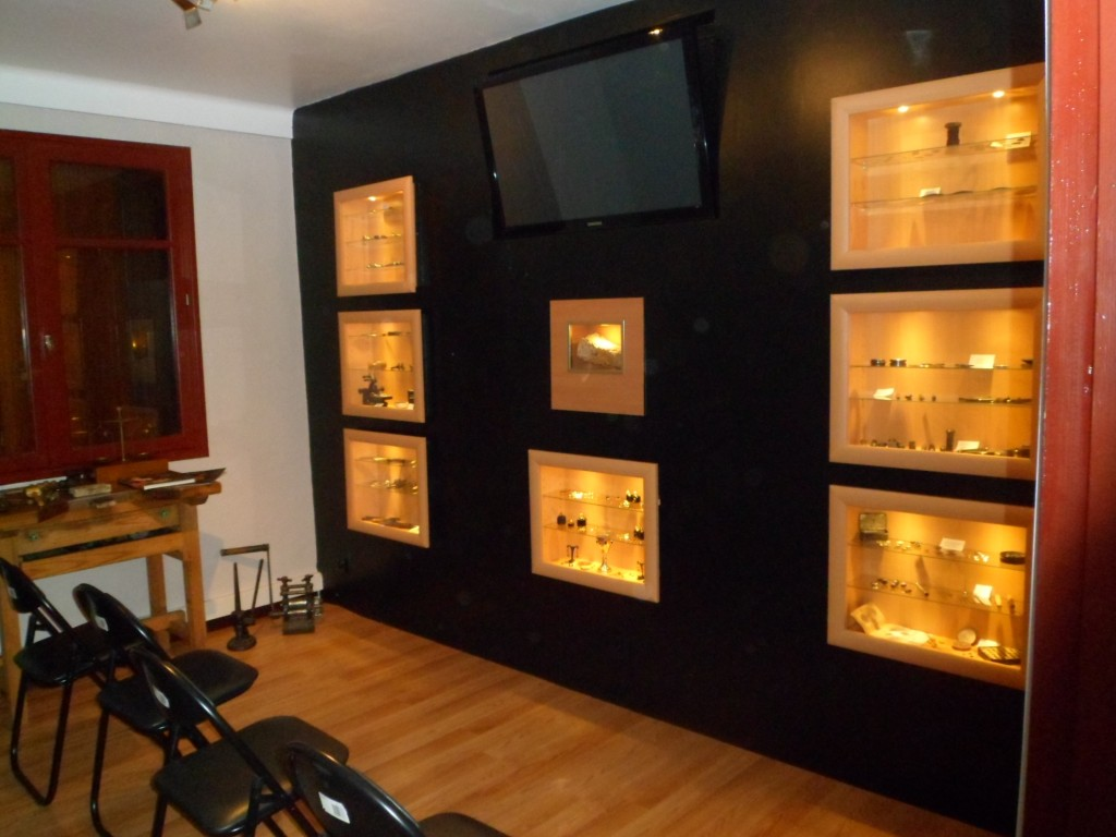 Salle de vidéoprojection et de présentation du bijou en Grenat de Perpignan.