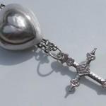Croix jeannette en argent avec son coulant en forme de coeur