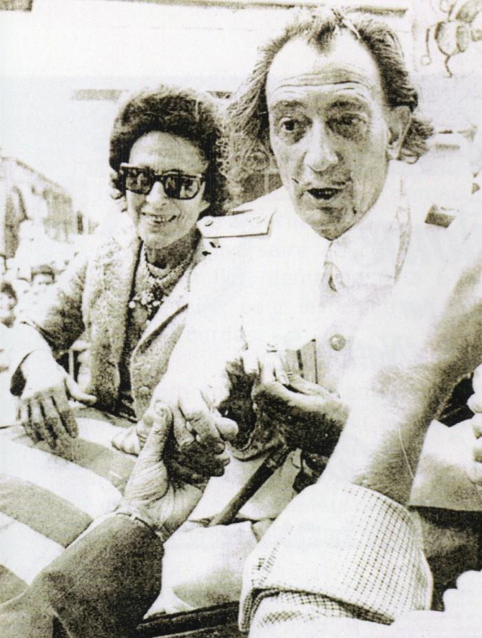 Dali reçoit la bague mouche et la passe au doigt de Gala.
