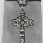 Croix et anneau de Jules de Carsalade du Pont, photographie noir et blanc.