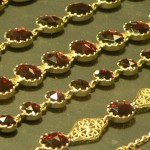 Bracelets dans une vitrine d'un artisan bijoutier en Grenat de Perpignan cliché Laurent Fonquernie