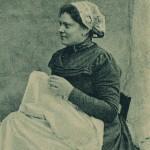 Détail d'une carte postale représentant une Catalane à la couture, vers 1900.