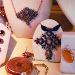 Bijoux anciens en boutique en Arles, photo Laurent Fonquernie