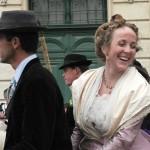 Les couples gardian-Arlésienne montés à cheval forment un cortège ou les bijoux étincèlent au même titre que les sourires de ces jeunes femmes de la Provence.