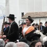 Le 1er mai, la fête de sant Jordi est l'occasion de faire monter les Arlésiennes sur les chevaux camargue. Elles en ont toutefois l'habitude malgré la préciosité des parures et des tenues.