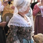 Coiffes empesées et toile d'indiennes forment une partie principale du costume provençal, photo Laurent Fonquernie
