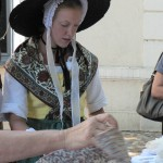 Jeune provençale chinant un nouveau jupon Trets 2010