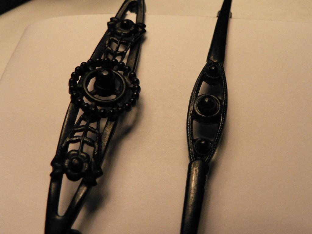 interesantes broches en fer émaillé de couleur noires, vers 1920.