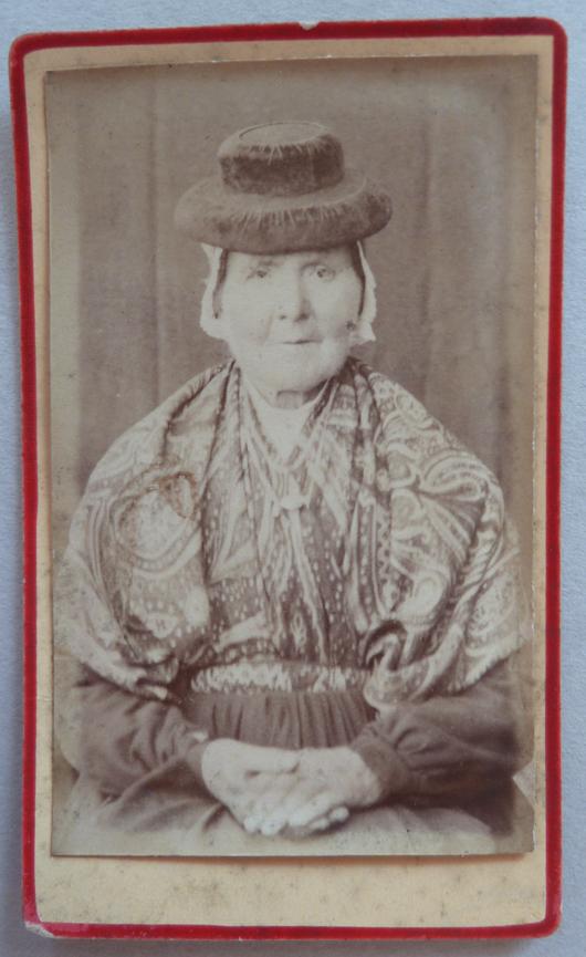 Femme agée en costume  traditionnel, centre de la France? autour de 1880.