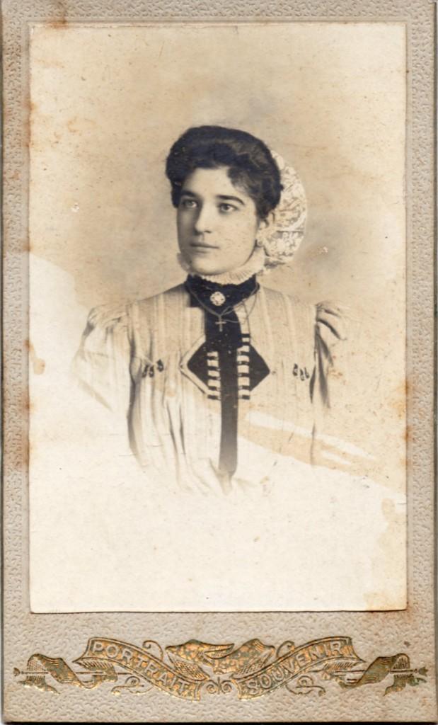 Portrait de jeune Catalane, Perpignan, autour de 1900.