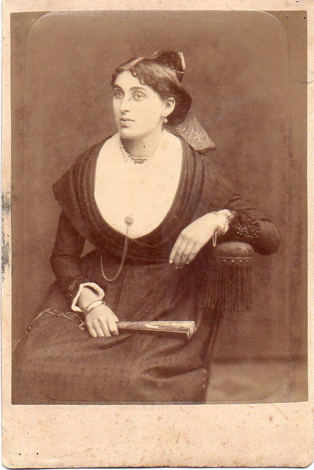 Arlesienne, Provence, vers 1880.