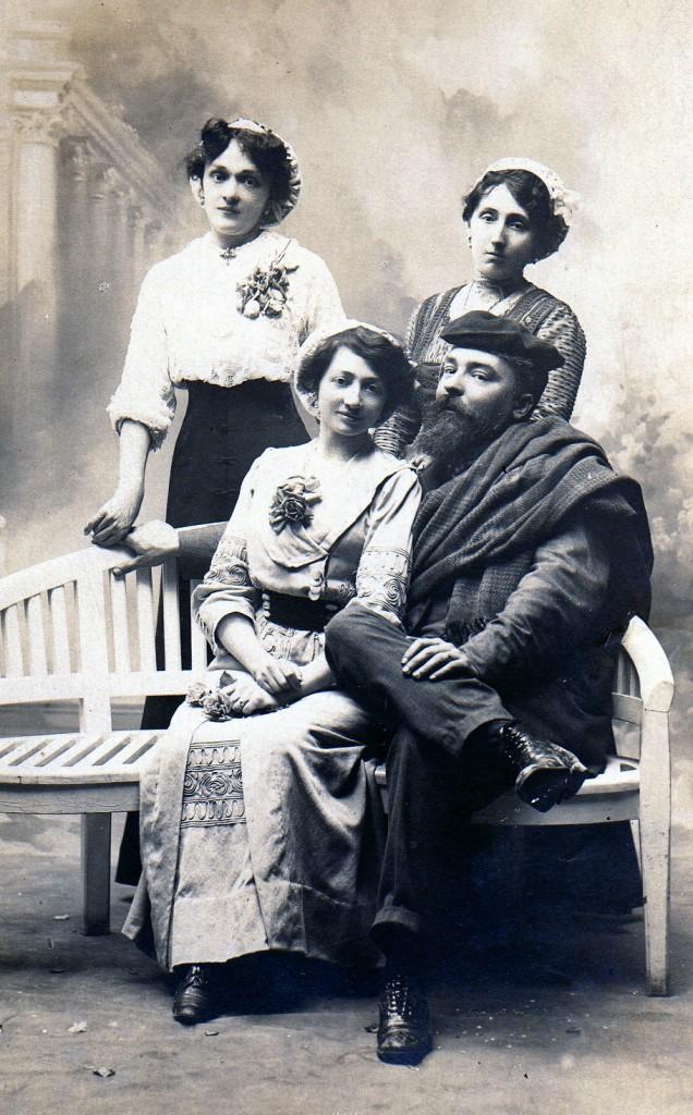 Bourgeoisie en costumes régionalistes catalan, Perpignan, vers 1910.
