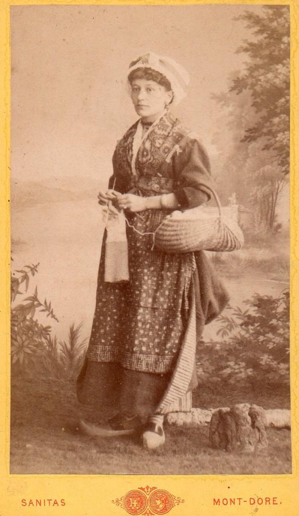 Femme en costume traditionnel, Sanitas photographe, Mont-Dore, Clermont-Ferrand, autour de 1880.