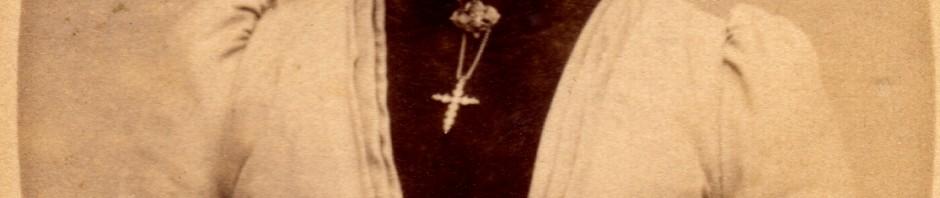 Catalane à la croix en grenats de Perpignan, vers 1890.