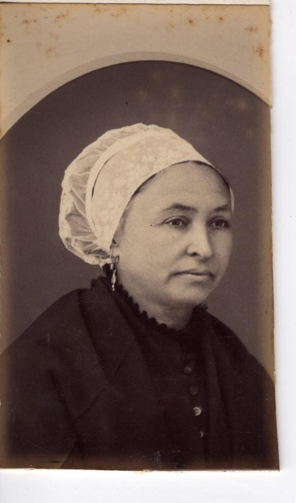 Catalane avec coiffe en dentelle et bijoux en serti-clos, vers 1870.