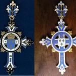 deux modèles de croix de Chambord, laiton et émail.