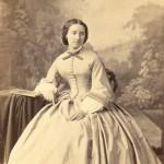 Portrait de femme en robe à crinoline, Perpignan, vers 1860