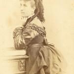 Portrait de femme en robe à tournure, Perpignan, vers 1875