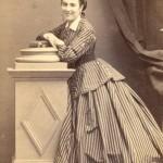 Portrait de femme en robe à crinoline, Perpignan, vers 1865