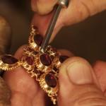sertissage d'une croix badine, étape cruciale et tres spécifique au Grenat de Perpignan
