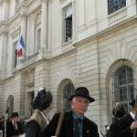 Au passage des gardians, Arlesiennes aux fenetre de la mairie.