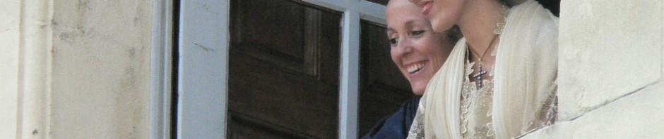Arlesiennes à la fenêtre de la Maisrie, élection de la reine, 2011.