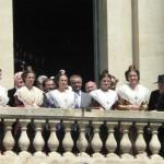Présentation de la REINE d'Arles au balcon de la mairie.