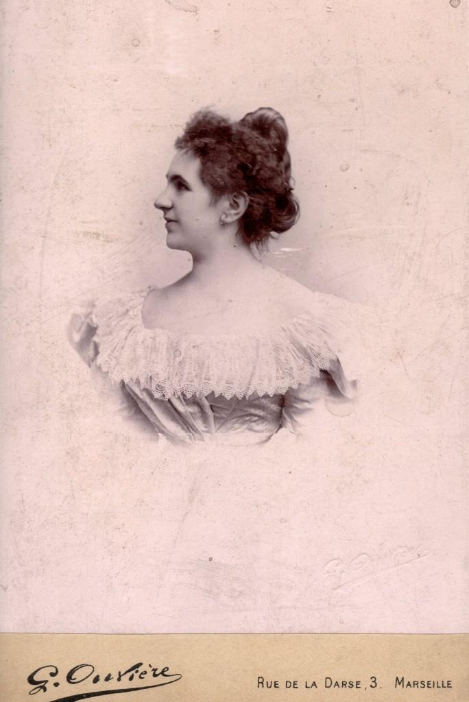 Mme Eugene Bardou, épouse de l'industriel du papier à cigarettes Bardou Le Nil.