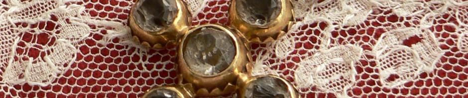 Croix en or et pierres blanches, Perpignan, XVIIIe s. Institut du Grenat.
