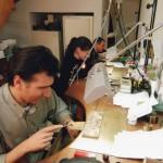 fabrication artisanale des bijoux en grenat de Perpignan, Jean Michel Calvet en 1er plan