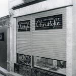La devanture moderne et l'antique boutique Quès au fond.