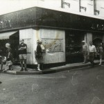 Décors diparus sur l'angle de l'ancienne bijouterie Velzy, années 1960.
