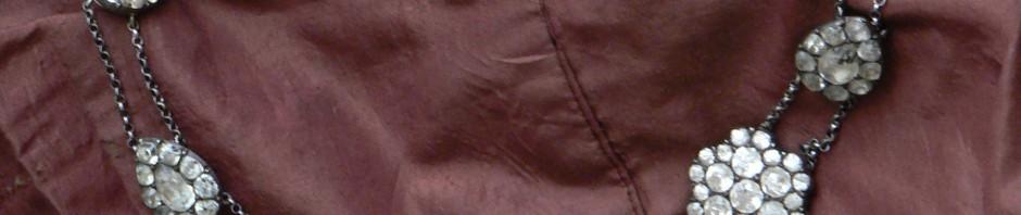 Esclavage sur caraco de taffeta puce.