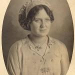 Portrait de Catalane en coiffe traditionnelle et pendentif en grenat.