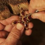 Fabrication d'une croix badine, le bijou le plus long et didfficile à réaliser.