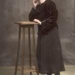Jeune Catalane posant avec la coiffe, 1927.