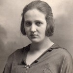 Alice Taxil en 1923 avec sa broche en grenat.
