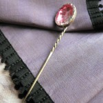 Epingle à cravatte en or et brésil, milieu XIXe s.