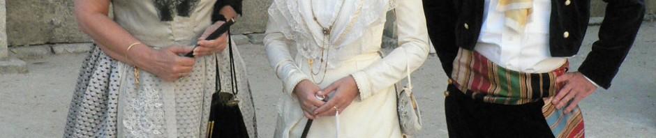 La 21e reine d'Arles Astrid Giraud au centre de la délégation de l'Institut du Grenat