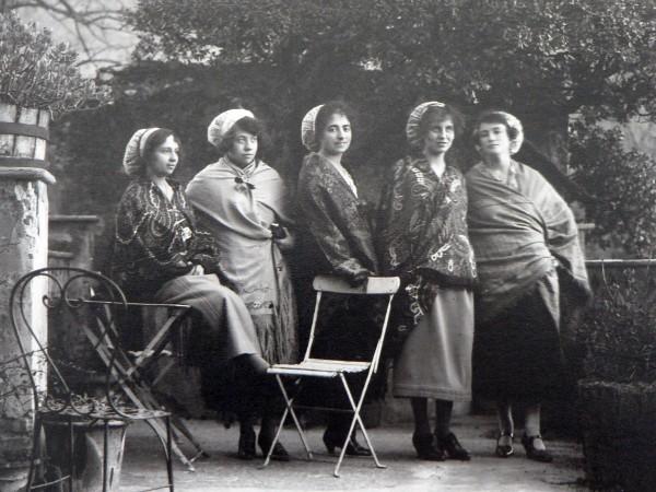 Groupe de jeunes femmes en châle à Ceret, cliché Companyo, vers 1920.