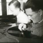J.Velzy et Marcel Gourgot travaillant encore à l'ancienne à la cheville, vers 1960.