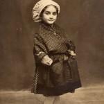 Petite fille en costume de Catalane