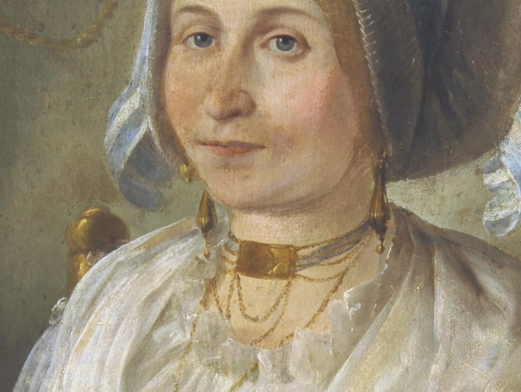 Détail du portrait : tour de cou et boucles d'oreilles.