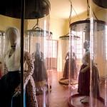 Costumes anciens dans leur espace d'exposition