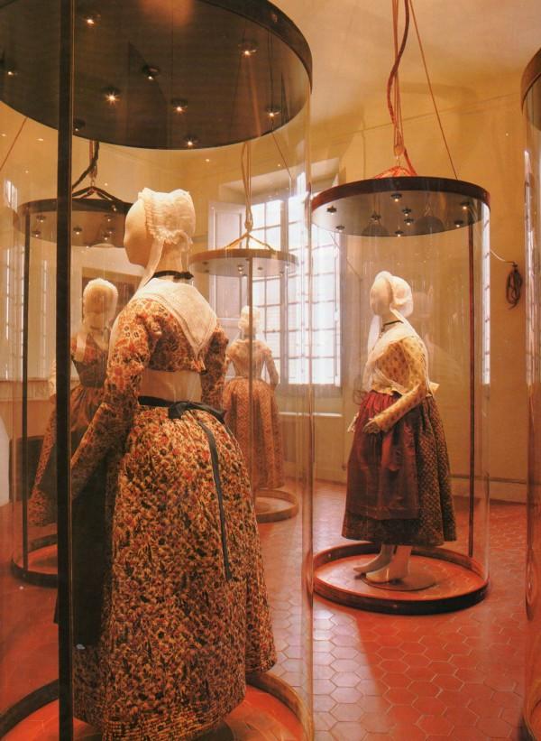 Costumes provençaux mis en espace