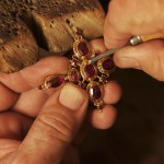 Geste unique de la fabrication traditionnelle de bijoux en Grenats taille Perpignan, photo N.Hautemanière.