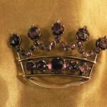Broche en forme de couronne en Grenat taille Perpignan, XIXe s.